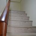 超耐磨地板 碳化基材 宙斯 做樓梯踏面與立面。非洲柚木扶手本色.JPG