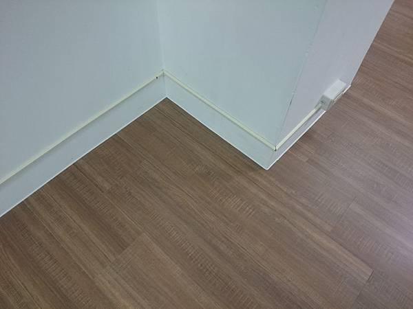 7.8寸 平步系列 超耐磨地板 煙燻橡木 (2).JPG
