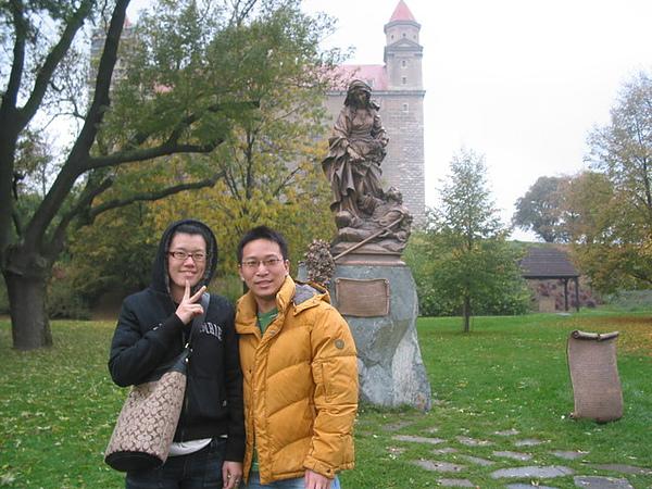 城堡和某聖人銅像