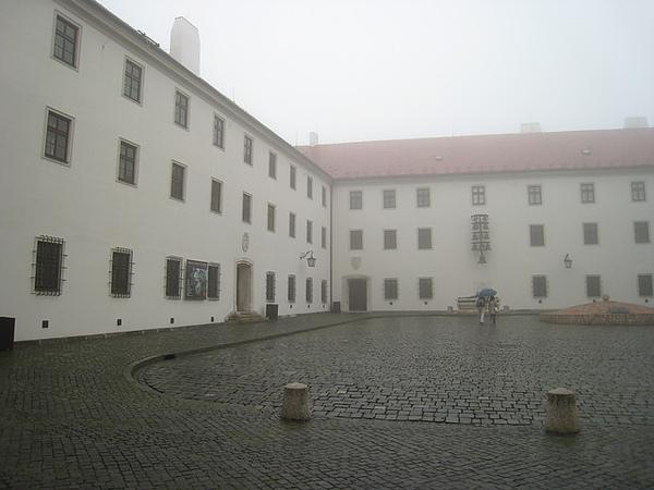 城堡中央的大廣場 有古井 有大鍾