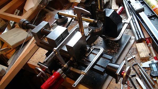 精密虎鉗精準地安裝在銑床上