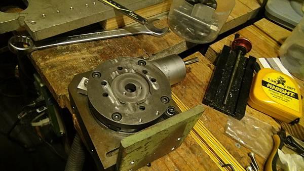 3. 分度盤上鑽支架螺絲孔.JPG