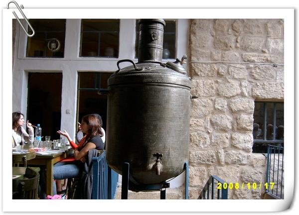 餐廳裡的古早式橄欖油壺(現為裝飾品)
