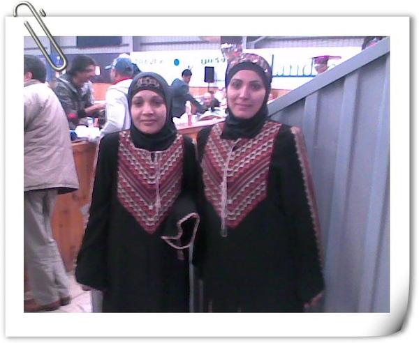 穿著傳統約旦服飾的女招待員