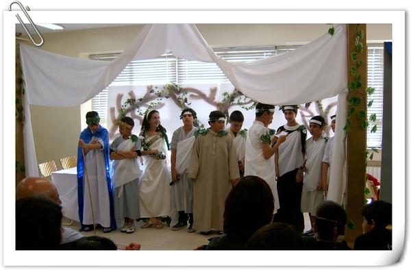 表演凱撒大帝的故事的六年級學生