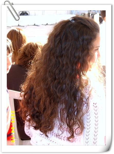 一頭美麗自然捲長髮的阿拉伯小女孩