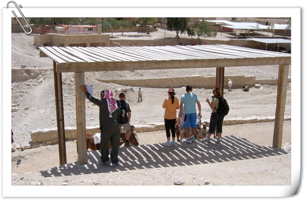 玫瑰城參觀入口處的觀光客上馬棚