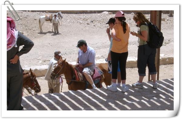 坐在馬背上的觀光客