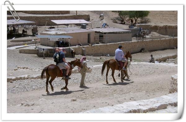 坐在馬背上被牽著走的觀光客