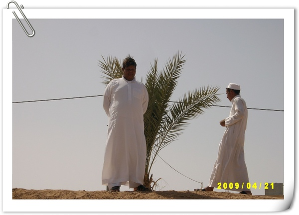 路邊穿著阿拉伯白袍的男子