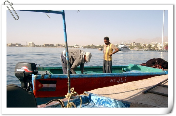 正在補魚的漁夫