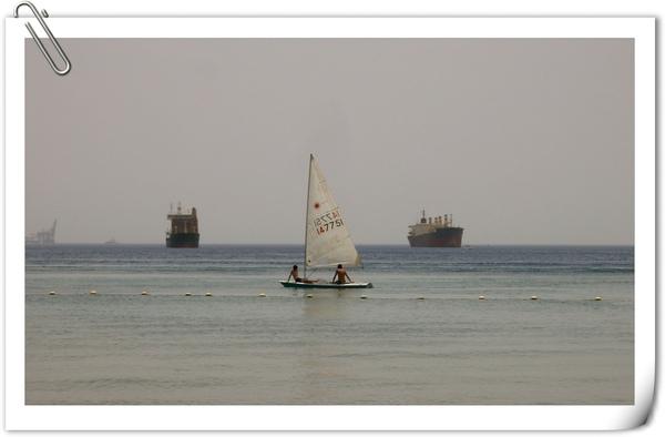 玩小帆船的青少年