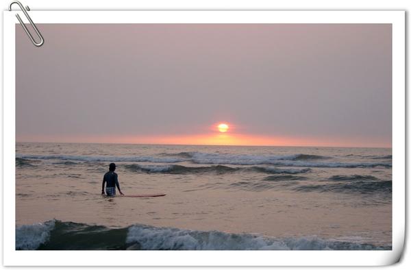 夕陽下的衝浪者