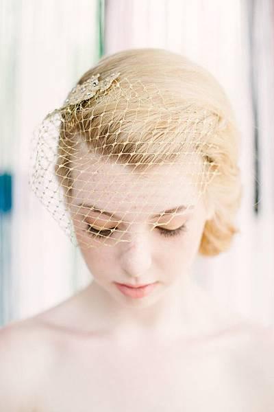 pretty-wedding-photos-with-gold-birdcage-wedding-veil