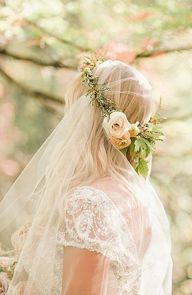 petite-floral-crown-with-a-wedidng-veil