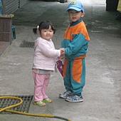 20110422新竹新家~妹妹送PUPU上學&餵魚&和Mia書籤合照- (4).JPG