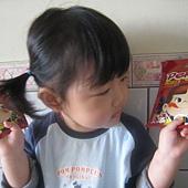 20110525新竹家~妹妹&pekq不二家牛奶糖合照- (3).jpg