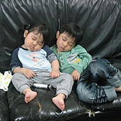 20110515竹苗栗南龍鳳宮- (18)下午去拜拜沒睡午覺.看電視看到睡著.JPG