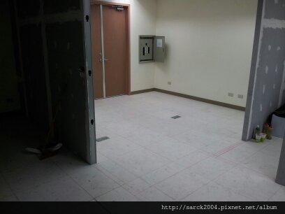 2012/7/4-北市內湖辦公室木地板施工作品-使用2款超耐磨木地板-直舖施工