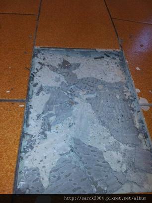 2012/8/22-板橋漢生東路木地板施工維修(使用:台灣檜木)之瓷磚拱起!