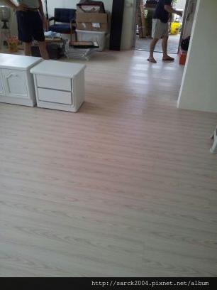 2012/8/23-北市中山北路6段住家木地板施工作品(使用:白鶴芋)同步壓紋之瓷磚與水泥地銜接!