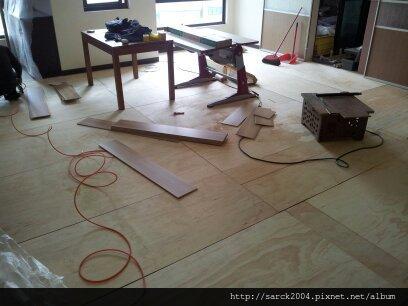 2013*新北市林口區木地板施工之瓷磚拱起破裂*杜拜風華/手刮系列/超耐磨木地板!