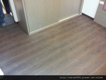2013*基隆市,主臥房直舖木地板施工*拋光磁磚地面最適合直舖木地板施工唷*品名:碳化橡木/手刮浮雕系列/理想家.普羅旺斯系列*特價中唷!