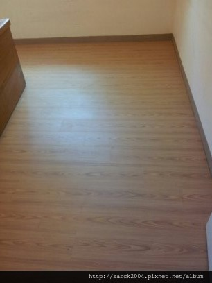 2013*北市北投區平鋪木地板施工*又是老舊的塑膠地板改作木地板的實際案例,您還敢用在住家嗎?*品名:康乃馨/同步木紋系列/理想家/葛萊美系列/海島型手刮木地板!特價中唷!