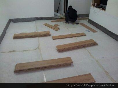 2013*新北市三重區介壽路直舖木地板施工*老舊的方型塑膠地板改作海島型超耐磨木地板*品名:康乃馨/同步木紋系列/理想家葛萊美系列/低甲醛綠建材/耐磨度高達10000轉以上!