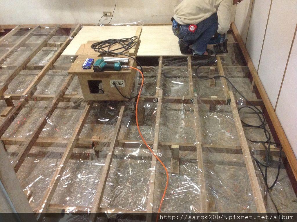 風格木地板*2013*新北市三重區架高木地板施工*磨石子地面的不平整架高施工才能拯救*品名:北歐金橡/手刮大浮雕系列/超強化海島型超耐磨木地板/世界綠色環保聯盟推薦-綠建材低甲醛木地板!