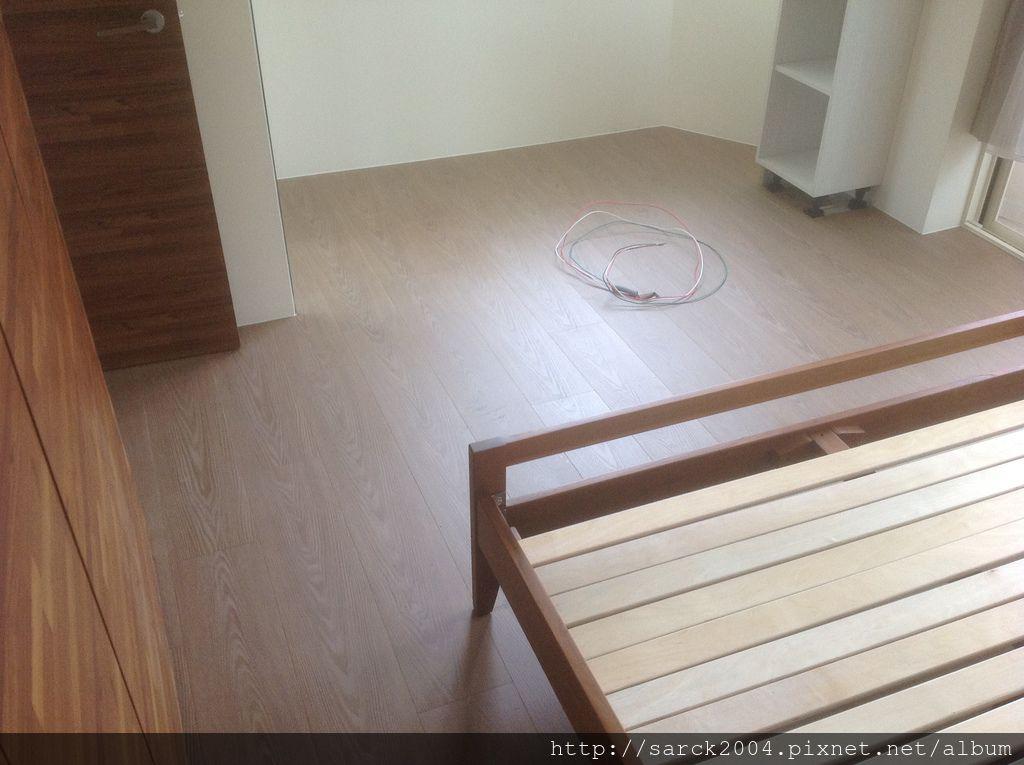 風格木地板*2013*北市木地板直鋪施工*主臥房木地板,直鋪施工不傷地面唷*理想家/歐悅系列/品名:伯格橡木,頂級寬版7.8吋(3D同步木紋)/海島型超耐磨木地板!
