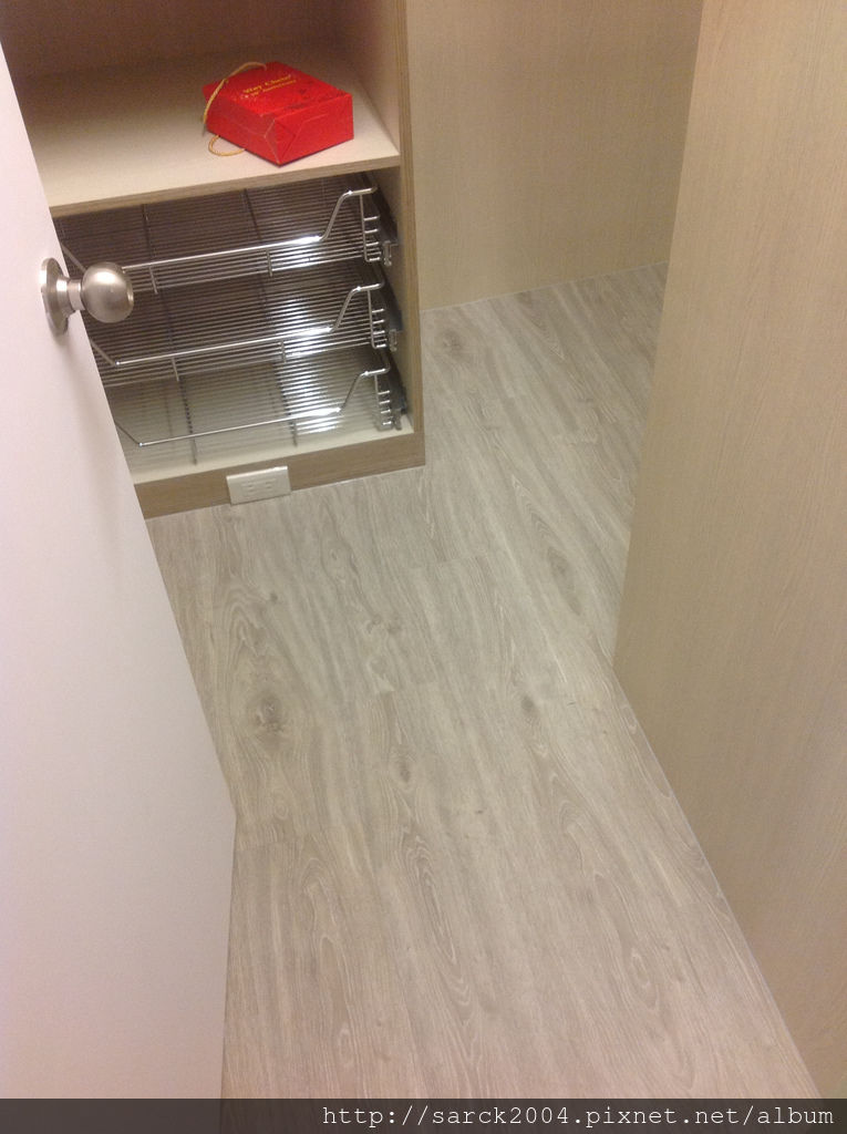 風格木地板*2013*北市天母木地板直鋪施工送黑色靜音墊*髒亂難整理的塑膠地板是該給他換成木地板了*美國篇/品名:鹿特丹(淺灰)/超美的同步木紋&無接縫設計/強化海島型超耐磨木地板!