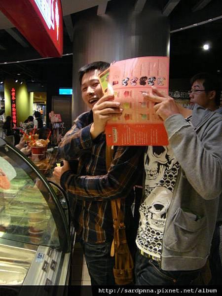 2010 4 12毛哥哥coldstone吃冰淇淋 (11)