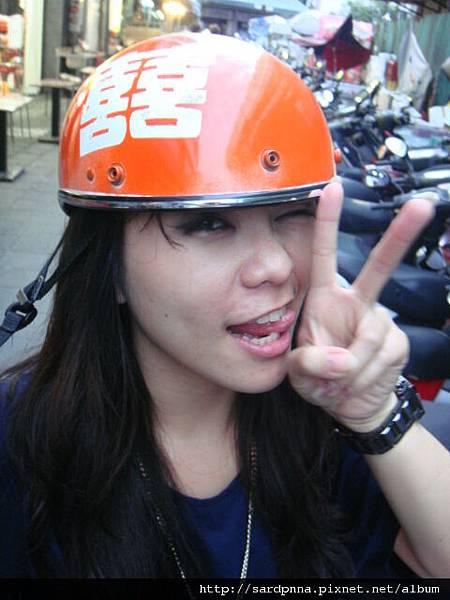2010 4 12 戴安全帽真夠醜的