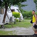 在水一方的露營車 (4)