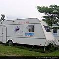 在水一方的露營車 (3)