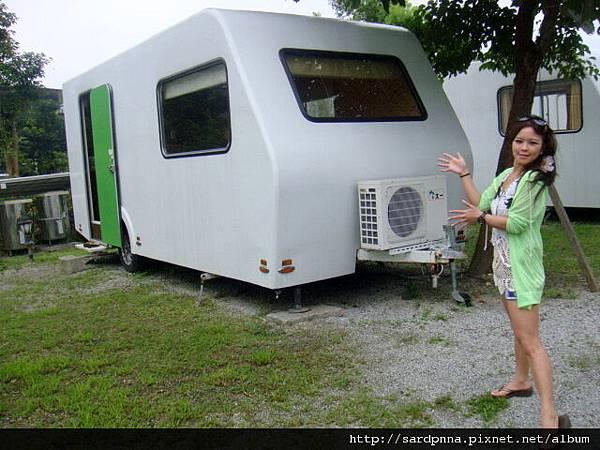 在水一方的露營車 (6)
