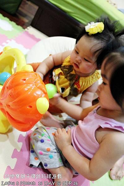 {好康部落試用}葡萄的第一樣互動玩具,兒樂寶獅子彈跳玩球遊戲組 (24)