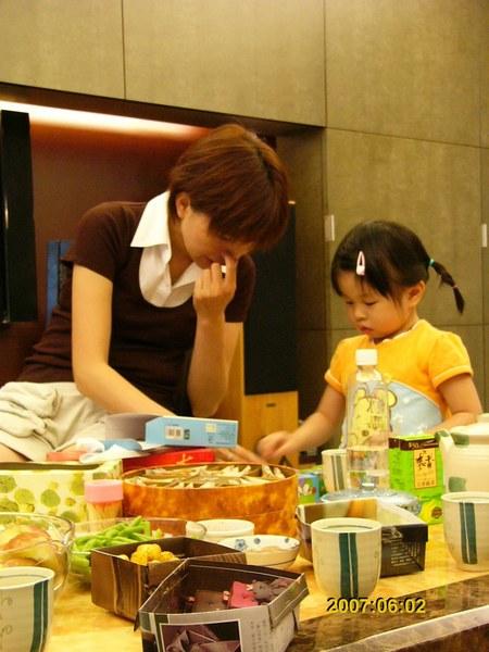 虹妤很怕生,一直粘著雅萍~其實她女兒都偷偷在聽我們誇她~真是人小鬼大