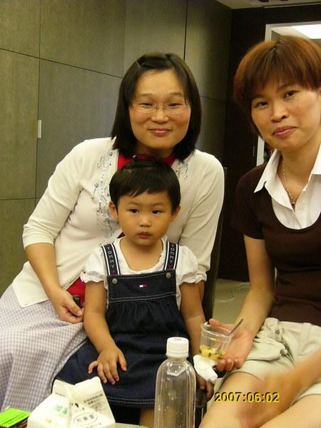 ぃぃぇ的小女兒,表情很狐疑!因為雅萍在餵她吃布丁,突然停下來,她很錯愕!