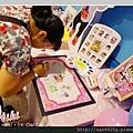Ni小妞妞的外婆開始畫上可愛的指印+簽名