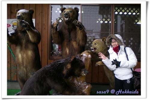 餐廳樓下的熊雕像