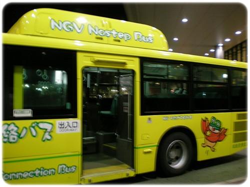 鮮黃色的接駁車