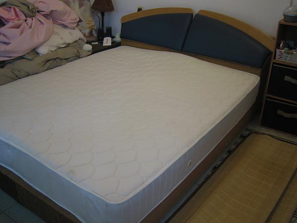 白色雙人床墊,購入價$2000,售$500