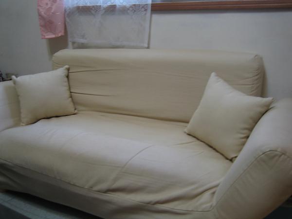 意雅特經濟型米色雙人布沙發,購入價$5990,出清價$1200