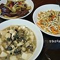 酸菜豬血、蚵仔豆腐、海帶甘絲、玉米排骨湯