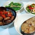 土魠魚、滷豬尾巴、彩椒杏包菇、碗豆玉米筍