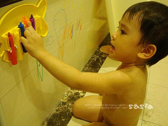 用洗澡蠟筆分散注意力