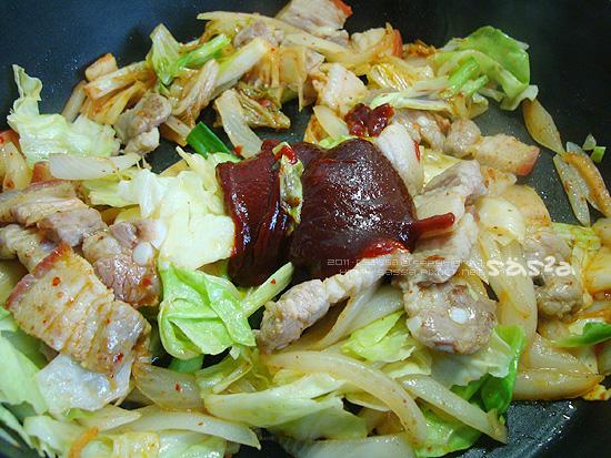 加入高麗菜與大白菜梗