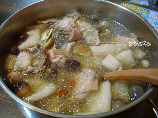 竹笙菌菇蛤利養生雞湯